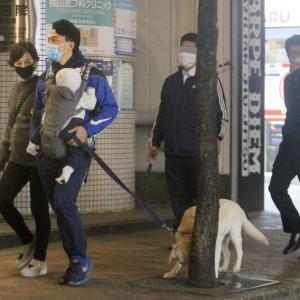 【FRIDAY】進次郎&滝川クリステル 夜の散歩で愛犬オシッコ放置の一部始終