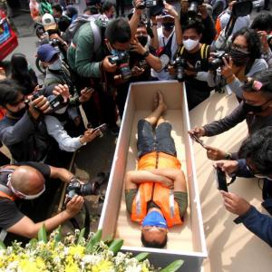【コロナ】 インドネシア、マスク非着用の住民に墓穴掘りの強制労働 [影のたけし軍団★]