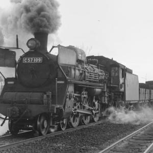 宮崎駅を出発するC57 109けん引貨物列車
