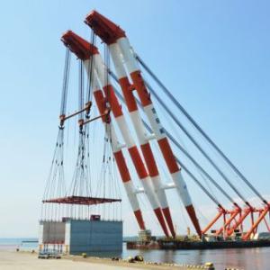 2,500トンの水門下部を吊る、3,700トン吊り非自航ジブ俯仰式起重機船「第50吉田号」