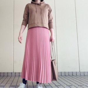 パーカー×プリーツスカートコーデ