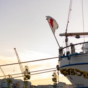 帆船出航、潜水艦入港