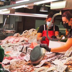 コロナ禍でも賑わっているCastillo de la Planaの鮮魚が豊富な中央市場!