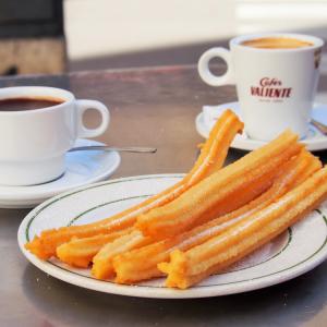 寒い日はチュロスにホットチョコレート!:ルサファ地区の4世代続く老舗のブニュエロ・チュロス専門店、El Contraste