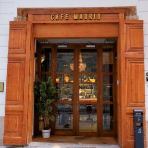 チリやペルーで飲まれるカクテル、ピスコ・サワーをスペインでエンジョイ:老舗カフェ・マドリード