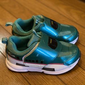 新しい靴を嫌がる息子、プラレールのはやぶさスニーカーに屈する