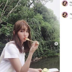 小嶋陽菜、有吉弘行らと豪華5ショット公開! 「美脚最高」「そのTシャツ、イイ」