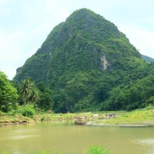 フィリピン山岳地帯を歩くと餓鬼様がポーズをとる