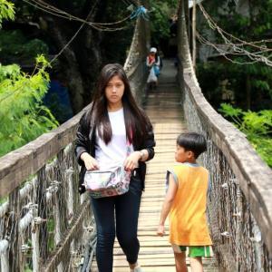 美女と出会う吊り橋