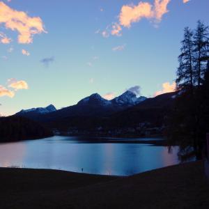 幻想的な青と朱い雲そして秋の味覚- サンモリッツ