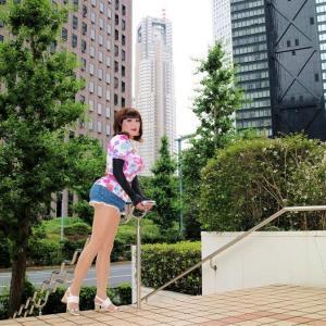 【留美子讃歌 22】新宿の高層ビル街を歩く留美子さん