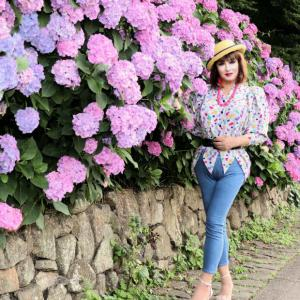 【留美子讃歌 17】スキニーのジーンズで、紫陽花を背景に撮る