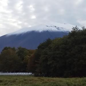 浅間山に雪