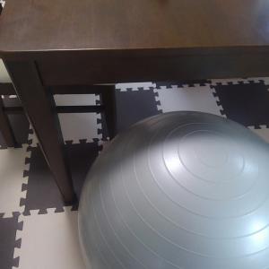 タニタ【ジムボール】は事務ボール!デスクワークでトレーニング。思ったより安定して、お尻も痛くない