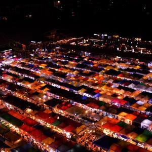 「ラチャダー鉄道市場(Train Night Market Ratchada)タラートロットファイラチャダー」 ~ここは駐車場の上から眺めるのが一番!!②