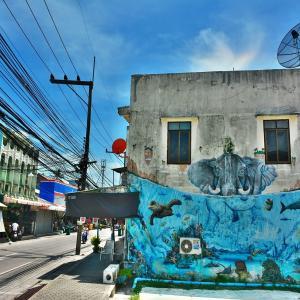 パンガン島(Ko Pha-Ngan)の中心地、昼間のトンサラ(Thong Sala)地区の旧市街をゆっくりのんびりと徘徊する!!