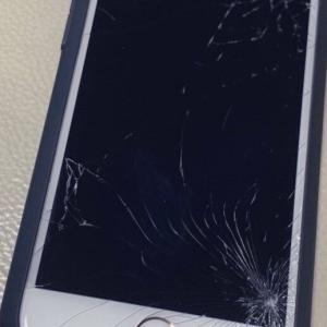 iPhone割れたヨ。