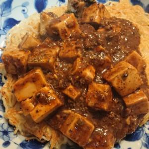 セブンイレブンの麻婆豆腐を自宅てかた焼きそばにする。