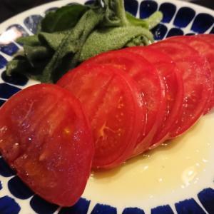 美味しいトマトとアイスプラントを切って皿に盛って塩とオリーブオイルをかけただけ