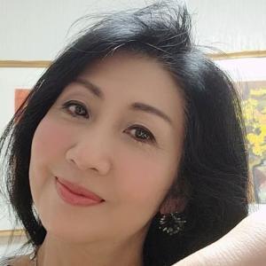 青山でカラーセラピスト養成講座を主宰する竹内洋子さんは還暦過ぎ 今日の美人さん
