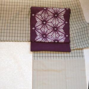 芝崎さんの格子熨斗目に山崎さんの紫根染帯