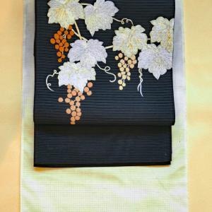 紅梅地のぼかし紬に蔦の刺繍の絽綴れ帯。