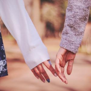 男子モテする〝物を手渡すとき、ちょこんと触れる女性〟