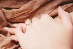 結婚指輪を「左手の薬指」にはめる理由は?
