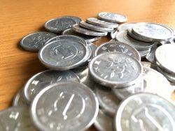1円玉は、金属なのに「水に浮く」理由は?