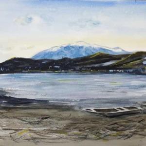 【京都風景スケッチ】冠雪の愛宕山を広沢池から透明水彩で描きました。鯉揚げの季節です