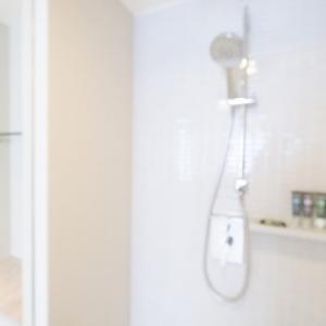 便利なステンレスフック付きピンチでお風呂場の掃除もラクラク!