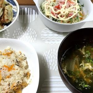 餃子をおかずにちらし寿司を食べるよく分からないガッツリ朝定食。