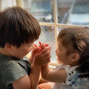 子どもには尊重、高齢者には尊厳を…保育士・介護士は共に尊い仕事です