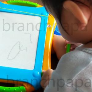 1歳2か月。お絵描きボードで絵を描いて消すをエンドレス