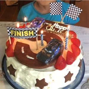 ミニカーが走る誕生日ケーキ