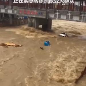 【車がまるでおもちゃ!】湖北の大洪水
