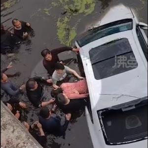 川に突っ込んだ車に20人近くが飛び込み4人を救出!これぞプラスエネルギー!!