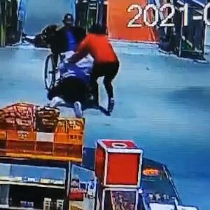 制御不能の車椅子を身を挺して阻止する女性