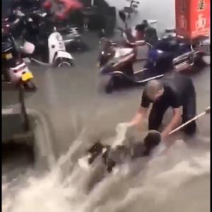 河南省鄭州市の洪水現場の一コマ、市民の命がけの救出