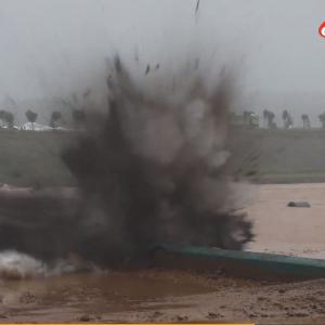 河南省洛陽のダム、一部決壊のため爆破