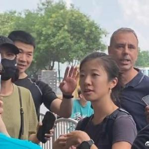中国河南省鄭州市でドイツ人記者が市民に取り囲まれる