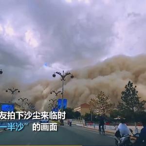 甘粛省敦煌、強い砂嵐に見舞われる