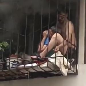 火災時に煙に燻られながら放水に耐える住人