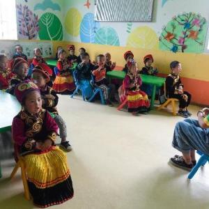 同化政策の一環か、就学前児童に標準語教育を!