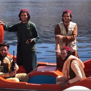 白鳥ペダルボートで遊ぶタリバン兵士たち 水軍結成?!