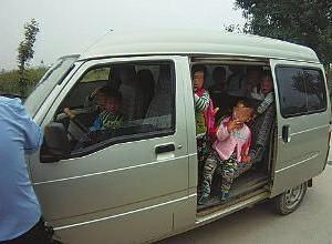 7人乗りから33人が!仰天スクールバスの背景