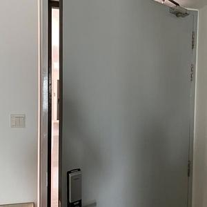 突然家のドアが壊れる