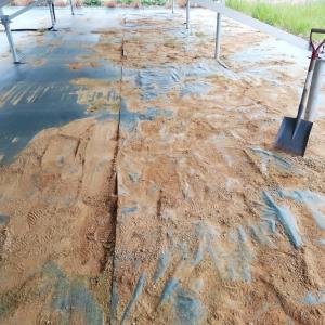 土砂で埋もれた防草シート。上から張り直してきました。