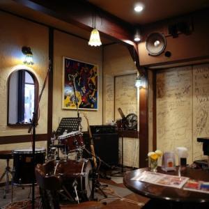 Der Klang des Klaviers in der Jazz Bar in Paris gibt mir das Gefühl, gerade in Paris zu sein!