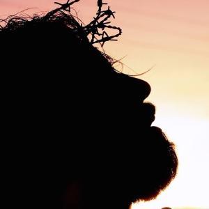 Un hombre rezando